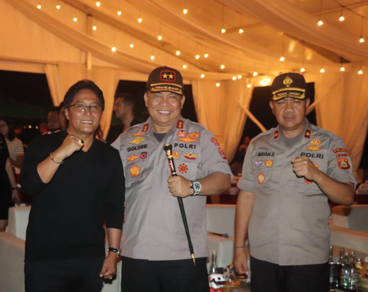 Bupati Giri Prasta Rayakan Pergantian Tahun di Kuta, Sekda ...